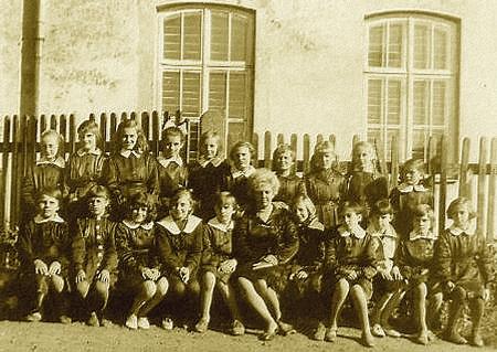 """Dawne mundurki szkolne, tzw. """"Chałaty"""""""